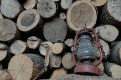 Oude olielamp op de achtergrond van brandhout stock fotografie