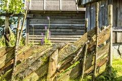 Oude omheining in Noors dorp Stock Afbeelding