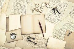 Oude open dagboek gebruikte het document van brievenprentbriefkaaren achtergrond royalty-vrije stock fotografie