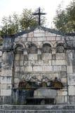 Oude openbare fontein in een landelijk gehucht Stock Foto