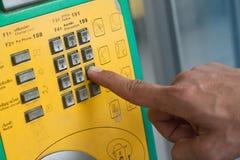 Oude openbare telefoon met munten Stock Foto's