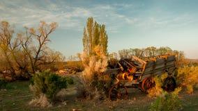 Oude opgesplitste behandelde wagen in het westen royalty-vrije stock fotografie