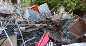 Oude opgestapelde ijzers in een stortplaats Royalty-vrije Stock Foto