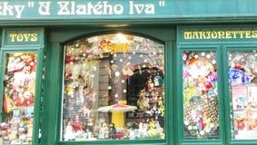 Oude opslag in straat van Praag Stock Foto's