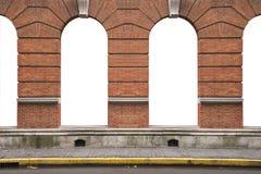 Oude oranje bakstenen muur en binnenlandse uitstekende boogvensters fram stock afbeelding