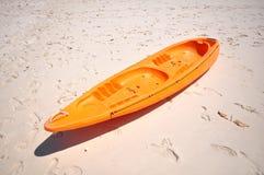 Oude Oranje boot op wit strand op warme zonsondergang Stock Afbeeldingen