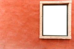 Oude oranje concrete muurachtergrond met wit venster Royalty-vrije Stock Foto's
