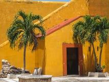 Oude oranje en gele deur en treden van een Spaans-Koloniale styl royalty-vrije stock fotografie