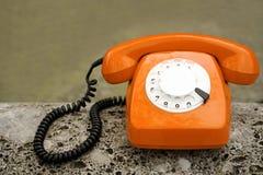 Oude oranje retro telefoon Stock Foto's