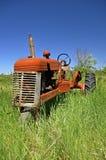 Oude oranje tractor stock foto
