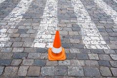 Oude oranje verkeerskegels bij weg Stock Afbeeldingen