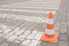 Oude oranje verkeerskegels bij weg Stock Foto