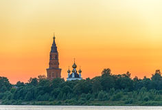 Oude orthodoxe kathedraal over zonsonderganghemel Royalty-vrije Stock Afbeelding