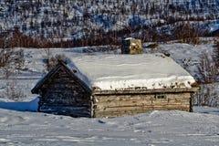 Oude oude cabine op een prachtige zonnige de winterdag. Royalty-vrije Stock Afbeeldingen