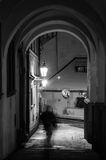 Oude, oude stad, nacht, spook in de winter, sneeuw, lantaarn, BW Royalty-vrije Stock Fotografie