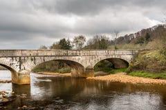 Oude oude steenbrug over kalme rivier, mooi Iers landschap Toneel Mening royalty-vrije stock fotografie