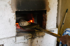 Oude oven met vlambrand en brood royalty-vrije stock foto's