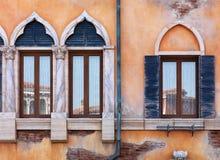 Oude overspannen vensters van Venetiaans huis Royalty-vrije Stock Foto
