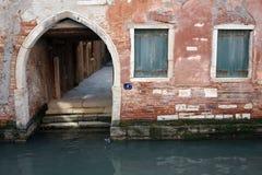 Oude overwelfde galerij boven binnenwater van Venetië Royalty-vrije Stock Foto's