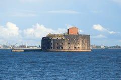 Oude overzeese fortkeizer Alexander Eerste in de Golf van Finland op een zonnige middag Kronstadt Royalty-vrije Stock Foto