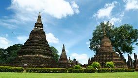 Oude Pagode in het historische park van Sukhothai, beroemde toeristische attractie in noordelijk Thailand stock videobeelden