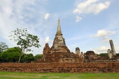 Oude pagode met bewolkte hemel in Thailand Stock Afbeeldingen