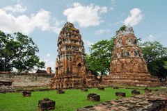 Oude pagode met bewolkte hemel in Thailand Stock Fotografie