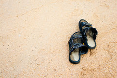 Oude pantoffel op zand Stock Afbeeldingen