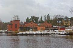 Oude papierfabriekgebouwen van rode baksteen stock afbeelding