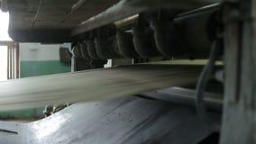 Oude papierfabriektransportband stock video