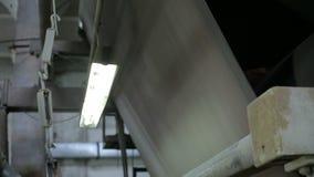 Oude papierfabriektransportband stock footage