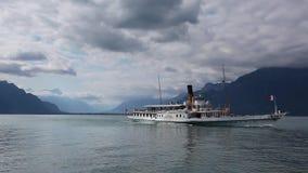 Oude Passagiersveerboot op het meer van Genève in Zwitserland stock videobeelden