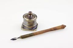 Oude pen en antieke metaalinktpot Stock Foto