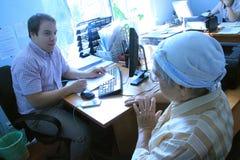 Oude persoon op een overleg in regeringskantoor Royalty-vrije Stock Afbeelding