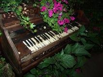 Oude piano royalty-vrije stock afbeeldingen
