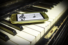 Oude Piano en Nieuwe Nota's Stock Foto