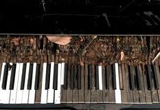 Oude piano verlaten gebroken Stock Foto's