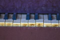 Oude pianosleutels buiten een oud huis stock afbeeldingen