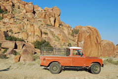 Oude pick-up in rotsachtig landschap Namibië stock fotografie
