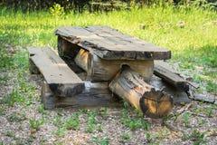 Oude picknicklijst Royalty-vrije Stock Afbeeldingen