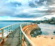 Oude pier op een bewolkte dag stock foto's