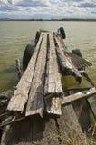 Oude pier op het meer stock foto