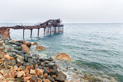 Oude pijler in de golven Stock Afbeelding