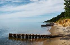 Oude pijler op de kust stock afbeeldingen