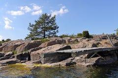 Oude pijler op rotsachtig eiland Stock Afbeelding
