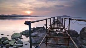 Oude pijler in overzees bij zonsondergang stock videobeelden
