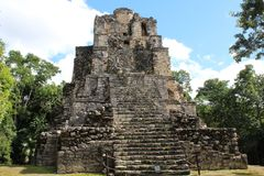 Oude piramide bij een Mayan geruïneerde stad in Quintana Roo, Mexico stock afbeeldingen