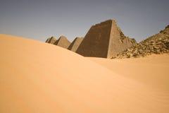 Oude piramides op woestijn royalty-vrije stock foto