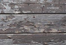 Oude plankenomheining met textuur van de schil de bruine vernis - muurrug stock foto
