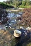 Oude plastic flessen in de rivier Royalty-vrije Stock Foto's